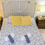 Vista de la cama en el dormitorio del apartamento turístico MALAMA B2 en el centro de Málaga