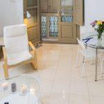 Vista de las dos mesas que existen en el salón del apartamento turístico MALAMA B2 en el centro de Málaga