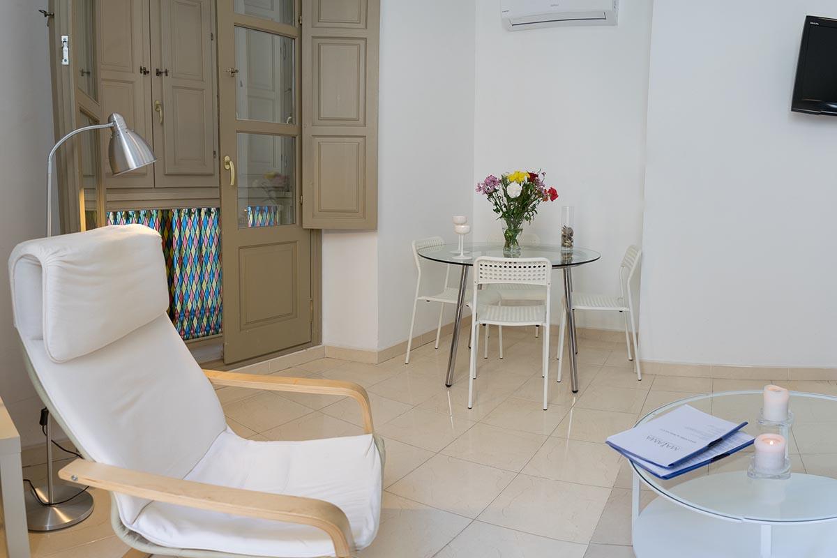 Vista de la mesa en el salón del apartamento turístico MALAMA B2 en el centro de Málaga
