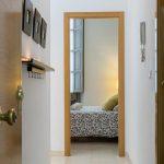 Vista de la entrada y de la habitación del apartamento turístico MALAMA B2 en el centro de Málaga