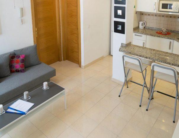 Vista del salón-cocina del apartamento MALAMA A1 en el centro de Málaga