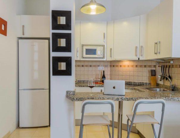 Vista de la cocina del apartamento MALAMA A1 en el centro de Málaga