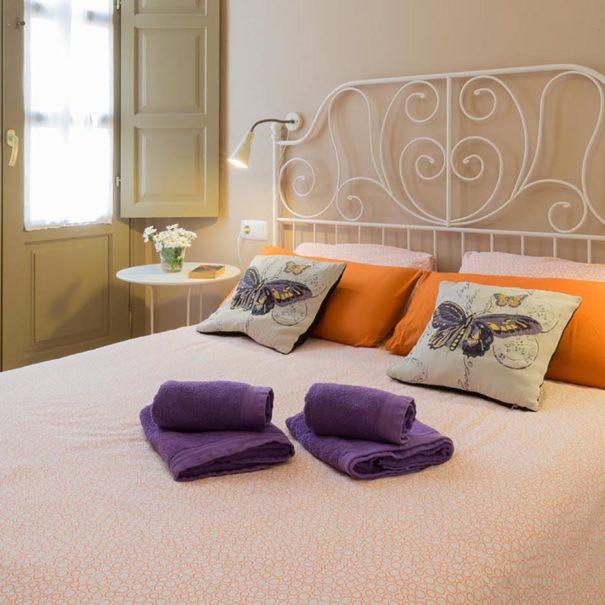 Cama doble de la habitación del apartamento turístico MALAMA A1 en el centro de Málaga