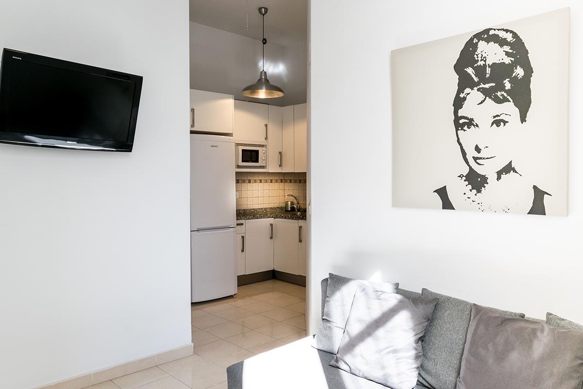 Vista parcial del salón con la cocina del apartamento MALAMA B2