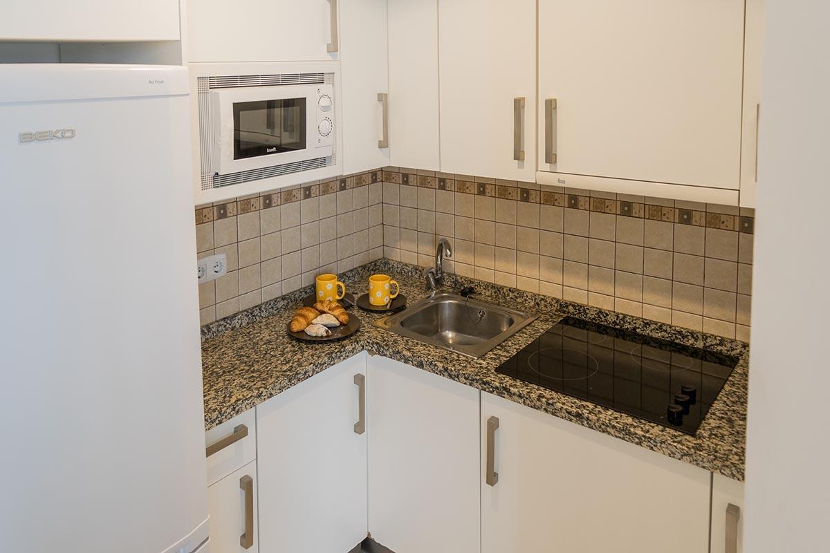 Vista de la cocina del del apartamento turístico MALAMA B2 en el centro de Málaga