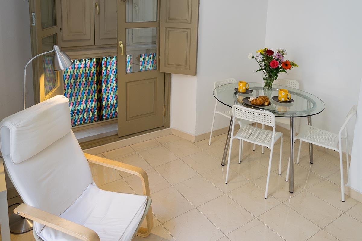Vista detalle del salón del del apartamento turístico MALAMA B2 en el centro de Málaga