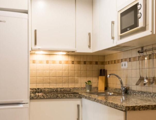 Vista de la cocina del apartamento MALAMA C2 en el centro de Málaga