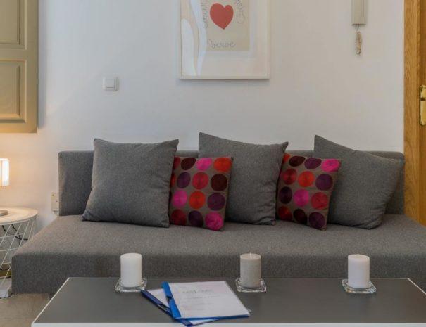Vista del sofá cama en el salón del apartamento MALAMA A1 en el centro de Málaga
