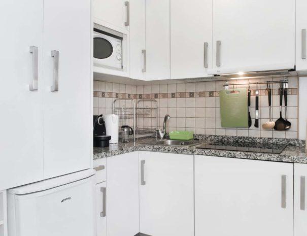 Vista de la cocina del apartamento MALAMA B3 en el centro de Málaga