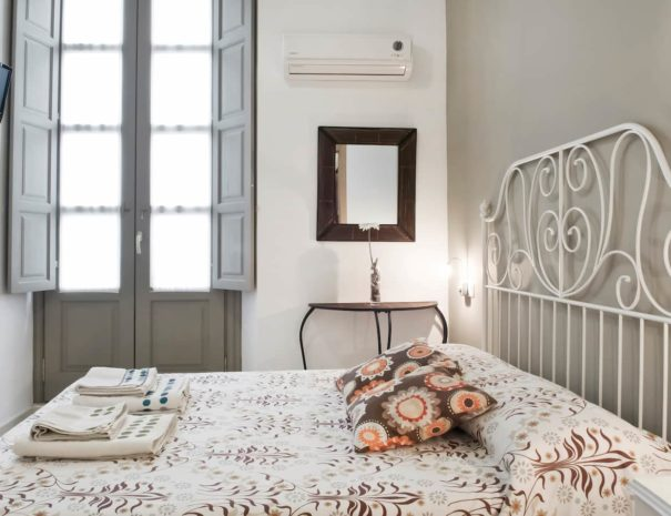 Vista del dormitorio del apartamento MALAMA B3 en el centro de Málaga