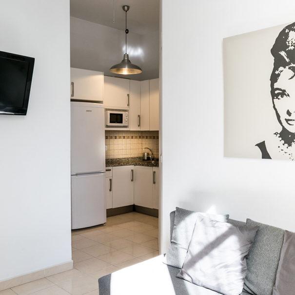 Vista de salón-cocina del apartamento MALAMA B3 en el centro de Málaga